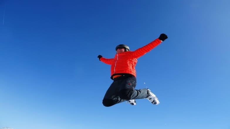 sauter de joie aux skis